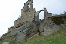 Haßberge / Die hüglige Landschaft ist durch Mischwald, Burgen und Schlösser sowie Weinberge geprägt.