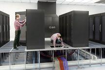 computerruimte-computervloer / Een computervloer is een systeemvloer welke flexibiliteit biedt bij uitbreidingen van bekabelingen van en naar computerruimte apparatuur. De gevraagde elektrische vermogens in computerruimten zijn in de afgelopen jaren per m2 enorm toegenomen. Dit vraagt flexibiliteit en een bepaald type systeemvloer dat voor uw computerruimte de beste is. De inrichting van een computerruimte wordt mede bepaald bij het installeren van een computervloer. Prijs computervloer of losse vloertegels? Neem contact op.