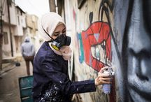Mujeres y arte en los muros árabes / Hay muros que encarcelan a la libertad, que condenan a las ilusiones, tapian toda esperanza y ordenan a los ideales callar. Pero sus cimientos son débiles y no aguantarán. Estas ocho artistas árabes saben que los pueden derribar. Por eso utilizan el grafiti, para dibujar sobre el hormigón sus sueños, gritar en color fuerte sus derechos y denunciar grietas injustas con pintura.
