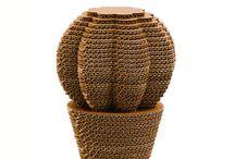Oggetti Home / Moderni e creativi, funzionali e durevoli, CactusHome sono complementi d'arredo a costi contenuti. Quattro le configurazioni disponibili in varie taglie: il cuscino della suocera, il saguaro, il fico d'india e l'agave. Grazie alla varietà delle dimensioni e delle tipologie, CactusHome sono adattabili a ogni contesto e creano uno spazio personalizzato in perfetto equilibrio tra design innovativo e sostenibilità ambientale.