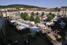 Ligny-en-Barrois / Ligny-en-Barrois, village étape, situé dans le sud du département de la Meuse et dans l'ouest de la région Lorraine, au croisement de l'Ornain et de la Route nationale 4 qui relie Paris à Strasbourg. Fière de son passé historique, Ligny n'a eu de cesse de se transformer tout en préservant et réhabilitant un patrimoine riche et diversifié (le Parc Municipal des Luxembourg classé, le Chemin des Canons, la Tour Valéran, la Place de l'église, etc.).