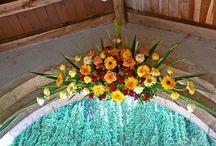 Bloemen&gebed / In de tuin en het bos rondom de boerderij van Casella zijn het hele jaar door allerlei prachtige bloemen en planten te vinden. Marie Madeleine maakt daarvan de mooiste bloemstukken voor de gebedsruimte en  het gastenverblijf. Zo zijn er altijd verse bloemen te vinden op Casella. Bij speciale gelegenheden wordt een extra bijzonder bloemstuk gemaakt. De foto's vind je op dit bord: ter inspiratie!