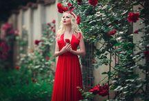 В красном длинном платье
