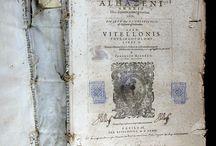 Alhazen, ca. 965-1039. Opticae thesaurus Alhazeni ... libri septem...[ 07 XVI-3235] / L'autor fou un matemàtic, físic i astrònom islàmic xiita dels segle X i  XI. Va passar la major part de la seva vida a Espanya on va fer importants contribucions en el camp de l'òptica basats en experiments amb lents, miralls, reflexió i refracció. Es considera el pare de l'òptica moderna. En la seva obra també tracta de diferents fenòmens físics com l'arc de Sant Martí, les ombres, els eclipses, els crepuscles i els núvols.