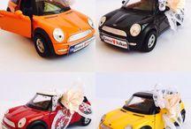Mini Cooper Aşk Kutusu / Mini cooper aşk kutusu sevgililer günü hediyesi özel tasarım kutusunun içerisinde iki adet metal oyuncak mini cooper araba ile hazırlanır. Plakalara kişiye özel plaka hazırlanır. Kutuya fotoğrafınız yapıştırılır. Siyah, kırmızı, sarı ve turuncu seçenekleri mevcuttur.
