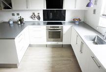 #HTHmedium / Igennem HTH's kampagne, HTHawards, har vi indsamlet billeder af HTH køkkener ude i danskernes hjem. Her er vi i kategorien #HTHmedium, som viser det mellemstore køkken, som findes i mange hjem – både huse, villaer og lejligheder. Det er et godt arbejdssted, der har tilpas med overflader og godt med opbevaring.
