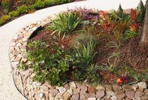 Garden Edging Ideas / Cheap, creative and modern garden edging ideas for flowers beds and slopes from timber, wood, stone, curved or DIY lawn edging ideas for vegetables. - http://plantedwell.com/lawn-garden-edging-ideas/