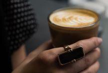 Vinaya Altruis Collection / Smart Jewelery von Vinaya. Die Altruis Serie von Vinaya verbindet elegantes Schmuckdesign mit einer raffinierten technischen Funktion: Nur bei ausgewählten Kontakten wird die Trägerin durch diskrete Vibration über eingehende Anrufe oder Nachrichten informiert.