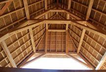 Rieten daken - eiken bijgebouwen / Traditionele eiken bijgebouwen met traditionele daken . Ambachten van weleer . Crownloghomes