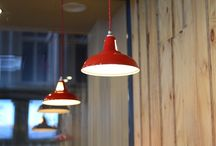 """City Kebab Design Interior / Urmarind conceptul urban de mancare de strada si noutatea produselor City Kebab, designerul Corvin Cristian a """"amestecat"""" diferite tipuri de materiale precum metalul si lemnul combinandu-le cu piese de decor retro si reciclate. Gresie vesel colorata, lampi in stilul anilor 50 si tarabele recreate ofera spatiului o ambianta urbana, chiar de strada, redusa la esenta."""