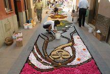 Catifes de Corpus Tarragona / Waar Nederlandse kunstenaars stoeptegels versieren met krijt, gaan Catalaanse tapijtverenigingen ter ere van het katholieke feest Corpus Christi los op zout, zaagsel, gekleurde rijst, koffiedik, zand, steentjes, planten en bloemen.