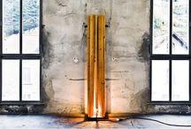 8 spicchi / Lampada da terra con base in acciaio e 8 lame verticali in legno. La luce centrale filtra tra le lame che disegnano i loro profili sulle pareti. DIM. 35x35x200 cm. (serie limitata 50 pz.)