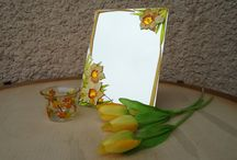 #daffodils#spring#green_as_an_apple#yellow_as_a_lemon / Hand-cut mirror I painted by hand with paint on glass. These colors mimic glass colors are permanent colors can be washed with warm water and detergent. The pattern is spring - they are daffodils. These products are suitable for an apartment as decoration, they are suitable as a gift for a woman, the mother, the aunt, the grandmother, the girl.