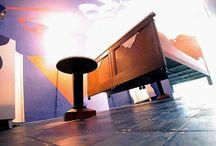 Propeller Island   / Propeller Island  è una invenzione estetica per gli occhi e le orecchie. Propeller Island, sotto questo pseudonimo l'artista tedesco Lars Stroschen rende pubblico le sue concezioni audio-visuali. L'intenzione è la molteplicità illimitata, niente di ripetitivo e niente di copiato...  WWW.SINAVIGA.IT