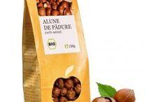 Nuci si seminte BIO / BIO Nuts and seeds / Ce nutrienti contin nucile si alunele? Toate nucile si alunele contin o importanta cantitate de proteine. Sunt astfel o importanta sursa de proteina vegetala pentru vegetarieni. Pe langa asta contin: potasiu, fosfor, calciu, magneziu, fier, zinc, cupru, seleniu, vitaminele A, E, K, C, B1, B2, B6, Niacina, acid pantotenic, folati. Sunt foarte bogate in fibre si in grasimi nesaturate.