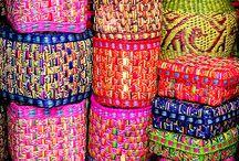 színes kosarak