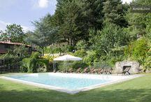 Antica Fonte Cortona / Antica Fonte è un agriturismo a Cortona, luogo pieno di arte e di storia. La struttura è immersa nel verde delle colline cortonesi e può ospitare fino a 12 persone. La piscina ed il giardino sono privati, ad uso esclusivo degli ospiti della villa.