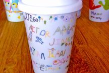 Regalos para profesores - Midibu 4U / Regalos para profesores con los dibujos de todos los niños de clase. Personalizamos con sus firmas para que el profe tenga un regalo emotivo y único de sus niños. Tazas, Take Away, Pañuelos...