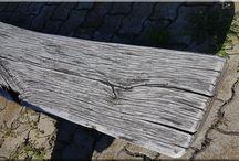 Bontott faanyagok / Bontott gerenda, bontott deszka, palló, szarufa. Öreg fa felülete, újrahasznosított antik építőanyagok.