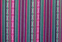 Aguayo / 100% ACRILICO.-ANCHO 1.50 M Tela rugosa, buen acabado, sin brillo, semigruesa, cálida, fácil lavado, resistente al uso y original.  USOS  Ideal para decoración de interiores, manteles, caminos para mesas, mantas, carpetas, ruanas, acolchados, cubrecamas, almohadones, tapizados, calzados, cortinas, pantalones, individuales, camisas, chalecos, polleras, mochilas, bolsos, bolsos para notebooks, carteras, monederos, billeteras, ropa para mascotas, accesorios, y manualidades.