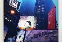 """Manhattan Diary – Tag01, Times Square / Unser Fotoreisebuch """"MANHATTAN DIARY"""" ist fertig und kann ab sofort für 28,– Euro (bis 31.12.15 + Versand) bei uns bestellt werden. Dieses fotografische Kunstprojekt ist unsere Liebeserklärung an New York City, genauer gesagt an Manhattan. www.editon-wagner1972.de"""