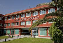 Zenit Logroño / Este moderno hotel de 3 estrellas está situado a las afueras de Logroño, capital de la famosa región vinícola de La Rioja. Las habitaciones son cómodas y amplias y están decoradas con suelos de madera fresca. Todas tienen conexión Wi-Fi gratuita y aparcamiento gratuito. Hotel Zenit Logroño, Avenida de Mendavia 5 26006, Logroño, LA RIOJA, España Telf: 941271555 Email: logrono@zenithoteles.com http://logrono.zenithoteles.com