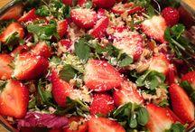 Kyllingsalat / 2 kyllingbryst 2 choritsopølser 2 avokado 1 pose bladsalat 10 cherry tomat 1 snack paprika 10 hvalnøtter Raspet parmesan  Kylling og Choritso steikes i biter, hver for seg. Ha bladsalaten i ei skål. Del tomatene i halve, paprika i skiver, avokado i biter og jordbær i halve med stilken på. Bland alt. Hakke valnøttene  og rasp parmesan over.  Dressing:  3 ss oliven olje 3 ss hvit balsamico 2 ts hvitvinseddik 1 lita ss sukker eller søtningsstoff salt, pepper og urter