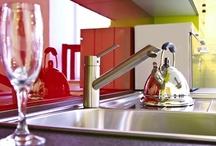 Gekleurde glazen keukenwanden / Een sfeervol en strak design en bovendien hygiënisch: glas voor achter het fornuis