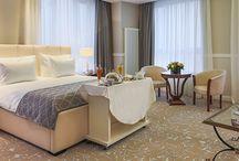 """Hotel Internațional Iași / Stilul """"elegance"""" se regăsește atât în camere, cât și în cadrul lobby-urilor. Zonele de relaxare oferă un spațiu în care predomină confortul și eleganța. Fiecare detaliu a fost important, tablourile au fost alese cu grijă, iar culorile s-au potrivit în funcție de stil. Tapiseriile tabliilor de pat, fotoliilor și canapelelor au fost alese ținând cont de eleganța și rafinamentul spațiului."""