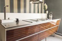 Königsküchen / SIE WOLLEN NICHT DIE KÜCHE IHRES NACHBARN? Dann kommen Sie zu uns! Die Küche ist ein Ort des Genusses und ein Spiegelbild unseres Lebensstiles. Darum ist es so wichtig diesem Raum einen eigenen Charakter zu geben. Wir begleiten Sie vom ersten Beratungsgespräch bis zur fertigen Küche - ein Küchenleben lang.