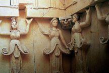 Marea Zeiţă reprezentată jumătate uman, jumătate pom al vieţii / Motivul antropomorf tracic, constând în reprezentarea Marii Zeiţe - jumătate uman, jumătate pom al vieţii, utilizat încă din secolul al IV-lea î.e.n. la decorarea mormântului  regal de la Sveshtari, Bulgaria, prezent la fibulele aparţinând secolelor VI-VII e.n.