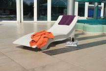 StyleCrete látványbeton napozóágy / A StylCrete beton napozóágy elsősorban szállodák, hotelek medence partjaira megálmodott betonbútoraink hosszú távon ellenállnak az időjárás körülményeinek ( UV-, hő-, és fagyállóak), így több éven át lehetnek a medencepartok és kertek dekoratív és hasznos elemei. Nemcsak szállodák, hanem apartmanok, nyaralók és otthonunk kertjeiben is biztosítják a kényelmes pihenést bútoraink modern megjelenésükkel.