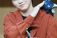 Woozi || Seventeen / Woozi 우지 || Lee Ji Hoon 이지훈 || SEVENTEEN || 1996 || 1.64 || Lider del team vocal, Bailarin y Rapero ocasional || BIAS