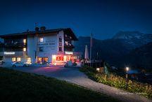 """Hotel Goldener Berg in Lech am Arlberg / Lech im Sommer? Lech am Arlberg ist ein international bekannter Wintersportort. Einer der renommiertesten der Alpen. Auf der Lecher Skirunde """"Weißer Ring"""" wird jährlich das längste Skirennen der Welt ausgetragen. Das ist Lech im Winter, wie man es kennt. Aber Lech im Sommer? Oder gar im Herbst? Geht das? Ja, es geht. Sehr gut sogar. Und wenn man seinen Urlaub, so wie wir, hoch oben im luxuriösen 4-Sterne Superior Hotel Goldener Berg verbringt, dann geht es sogar noch besser."""