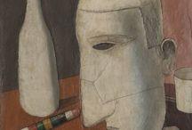 metafizikus festészet / A futurizmussal összefüggésben, annak ellenreakciójaként létrejött festészeti irányzat. Az erőteljes dinamizmussal szemben a metafizikus festészet műveinek időtlensége,, mozdulatlansága az antik ideálok, a matematika örök érvényű törvényeit idézte és egyesítette az álmokkal, a misztikus, szimbolikus képzetekkel. Legjelentősebb képviselője Giorgio de Chirico volt. A metafizikus festészet Ferrarában fejlődött iskolává, az I. világháború idején csatlakozott hozzá a futurizmustól átpártoló Carlo Carrà. A mozgalom harmadik tagja Giorgio Morandi egyszerű tárgyakból álló csendéleteit kevés színnel, erős vonalakkal és tiszta kontúrokkal alkotta meg. A metafizikus festészet a tudatalattiból felbukkanó félelmek, szorongások, képek felidézésével a szürrealizmus egyik előfutára volt.