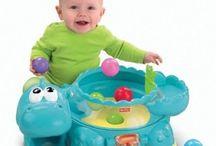 Babylegetøj 6-12 mdr.  / Når baby bliver et halvt år, skal der ske noget mere end bare at ligge på aktivitetstæppet eller lege med Lamaze-legetøj. Der skal helst være en masse lys og lyde i legetøjet og være gang i den.