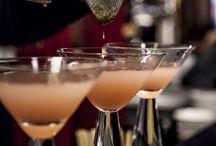 Cocktail bar / Per un aperitivo o per un dopo cena... Roma al tramonto ha un fascino tutto particolare. Che la serata inizi con un buon bicchiere. La scelta è ampia e va dai classici aperitivi– bitter, vermouth, aperol soda, campari, crodino e san bitter – alle creazioni speciali: Lemon n(Drop)pa Martini, O Blady Mary, Caprese Martini, al profumo di basilico campano e origano.   Tutti gli aperitivi sono accompagnati da una selezione delle specialità della gastronomia.