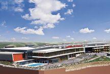 Fiziki Özelliklerimiz / Zafer Koleji 53 dönüm üzerine kurulu, üstün fiziki özelliklere sahip bir eğitim ve yaşam kompleksidir.   Okulumuz 5 eğitim binasının bir atriumla, sosyal tesislere ve yönetim binasına bağlanması üzerine kurulu özgün bir mimari yapıdır.   Eğitim binalarımız Anaokulu, İlkokul, Ortaokul, Anadolu Lisesi ve Fen Lisesi kademelerinden oluşmaktadır ve her birimin bahçesi ayrı ayrıdır.