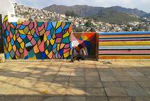Vila colorida / A pintura como instalação, transmissão de conhecimento, ação performática e como  forma de unificar as comunidades