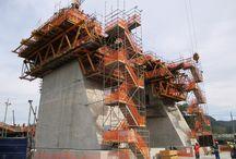 """Z cyklu """"ULMA na świecie"""": Most Estaiada w Rio de Janeiro / Most """"Ponte Estaiada"""" pod względem gabarytów i zastosowanej technologii stanowi jedno z najważniejszych przedsięwzięć infrastrukturalnych związanych z organizacją igrzysk olimpijskich w Rio de Janeiro w 2016 r. Do budowy obu nóg pylonu zastosowano system samowznoszący ATR firmy ULMA, wyposażony w system hydrauliczny i umożliwiający wznoszenie deskowań wraz z pomostami bez konieczności użycia żurawia. Budowę obsługiwała firma ULMA Brasil - Fôrmas e Escoramentos Ltda. z Brazylii."""