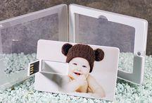 Pendrive credit card / Una memoria USB en forma de tarjeta personalizada en la que puedes añadir su caja plastificada.  Conoce todos nuestros modelos de memorias usb personalizadas en: http://pendrivesparafotografos.com