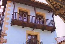 Cadalso / Probablemente debe su nombre este hermoso pueblo de la Sierra de Gata a que aquí se colgaba a los moros durante la reconquista. Sin embargo esta tierra le debe los cultivos de olivar y vid a aquel pueblo. Moras, en origen, son la Torre de la Almenara, el Castillo de Trevejo, de Santibáñez el Alto... Cadalso se localiza al inicio del hermoso Valle del Árrago, lugar que frecuentaba el Rey Alfonso XI en sus cacerías de osos.
