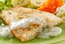 Filety z sandacza w sosie beszamelowym z grzybami. / 1 kg filetów z sandacza 5 g pieprzu 10  g soli Połówka cytryny 100 g oleju 100 g mąki pszennej