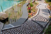 Wege / Ob klassischer Naturstein, moderne Betonbeläge oder phantasievolle Mosaike - Pflaster ist ein fesselndes Thema. Wege, Terrassen und Treppen lassen sich mit schönen Belägen beleben, Gärten gewinnen an Profil