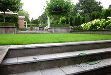 Strakke Leeftuin / Een strak vormgegeven tuin met hoogte verschillen en veel groen.