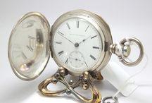 Robusto Elgin Savonette de 1880, Raro / Trata-se de uma peça , que mede 5.7 cm de diâmetro, peça grande com o número de série 727375. Número de série muito baixo. O primeiro relógio Elgin foi produzido em 1867, recordo que a Elgin produziu mais de 55 milhões de relógios. Vem acompanhado pela antiga chave original.