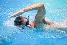 Úszás / Az úszás minden évszakban végezhető testmozgás. Az őszi és téli hónapokban azonban megnövekszik a népszerűsége, hiszen egy fűtött uszodában sportolni jelentősen komfortosabb, mint a hidegben mozogni.  Az úszás valamennyi izmunkat átmozgatja, így ez a sport kiváló alakformáló és állóképesség-növelő. A víz ráadásul nyugtató hatással van ránk, ezért azoknak is ajánlott úszniuk, akik stresszcsökkentés céljából szeretnének mozogni.