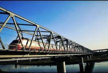 鉄橋を逆側から。 あつらえ向きにロマンスカーらしいロマンスカーが走ってきました。 a express train runs clear sky #railway #clearsky #expresstrain #bridge #romancecar #odakyuline #ロマンスカー #綺麗な空写真