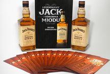 Kampania Jack Daniel's Tennessee Honey / Poznaj wyjątkowy smak Jack Daniel's Tennessee Honey. To perfekcyjnie zbalansowaną kompozycją dwóch wzajemnie uzupełniających się smaków – Old No. 7 i naturalnego miodu, który czyni klasyczny trunek jeszcze bardziej wyjątkowym. #wybeetnepolaczenie #miodowyJack #TennesseeHoney