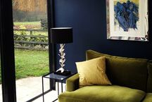 dark walls / Limited palette with loads of depth in very dark colours.